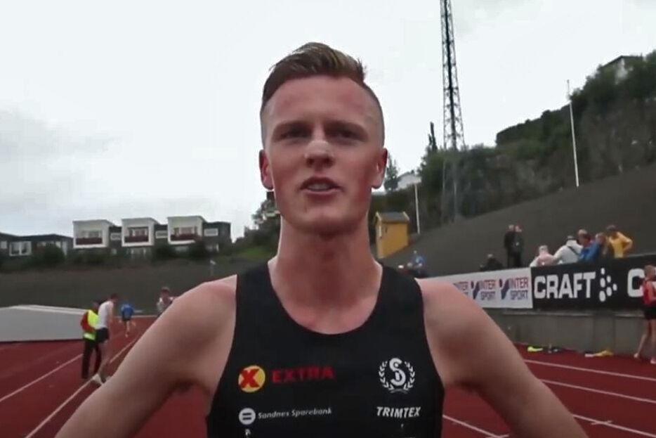 Narve Gilje Nordås kunne smile bredest etter 3000 meter på Fana Stadion (Foto fra streaming).