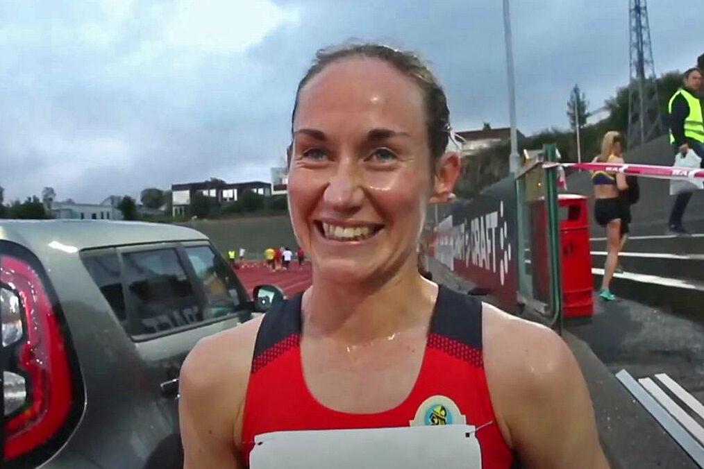 Vienna Søyland Dahle var stort sett fornøyd med løpet sitt som ga henne seier på 3000 meter.  Men ikke helt. (Foto fra stream).