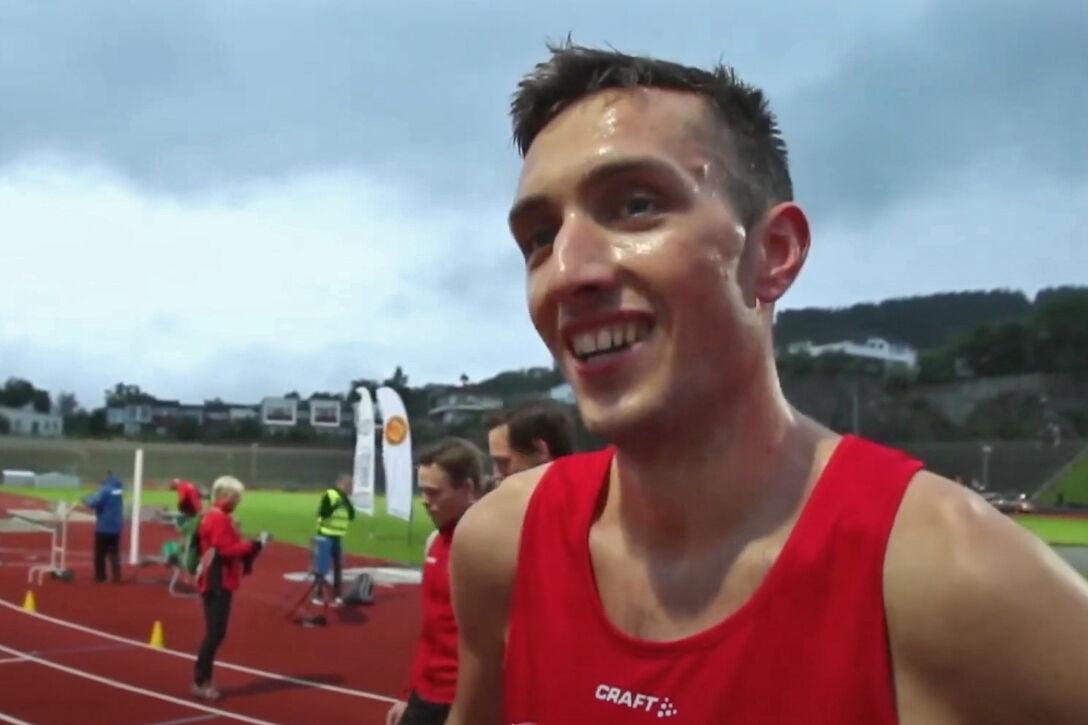 Trygve Feidje Mjelde fra Osterøy IL hadde god grunn til å glise etter 800-meter i Bergen. (Foto fra streaming).