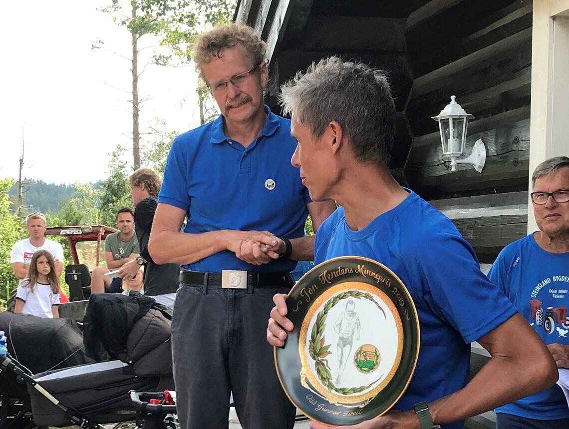 Kondispresident Tim Bennett overrasket Odd Gunnar Tveit med pris etter lørdagens Steinsland Bygdemaraton. (Foto: Finn Kollstad)