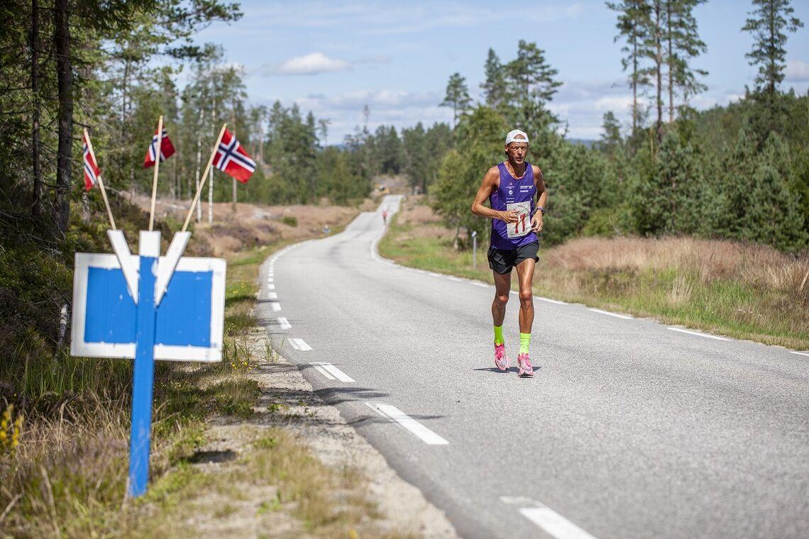 Erik Bergersen på veg til ny sterk rekord med 2.48 i Steinsland Bygdemaraton lørdag. (Foto: Finn Kollstad)