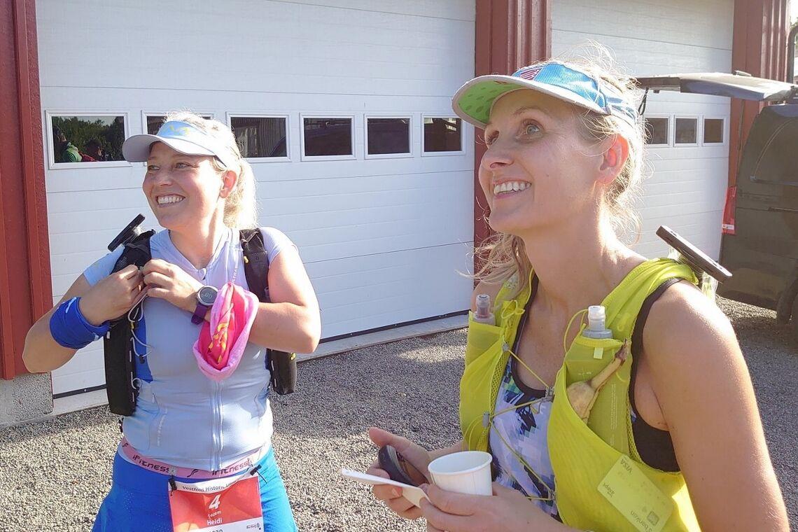 Liss Vallestrand (til høyre) var raskest av de 13 løperne som våget seg på langløypa 140 km i VHUT. På bildet er hun sammen med Heidi Bye Svartangen som var en av 7 som fullførte. (Foto: Arrangøren)