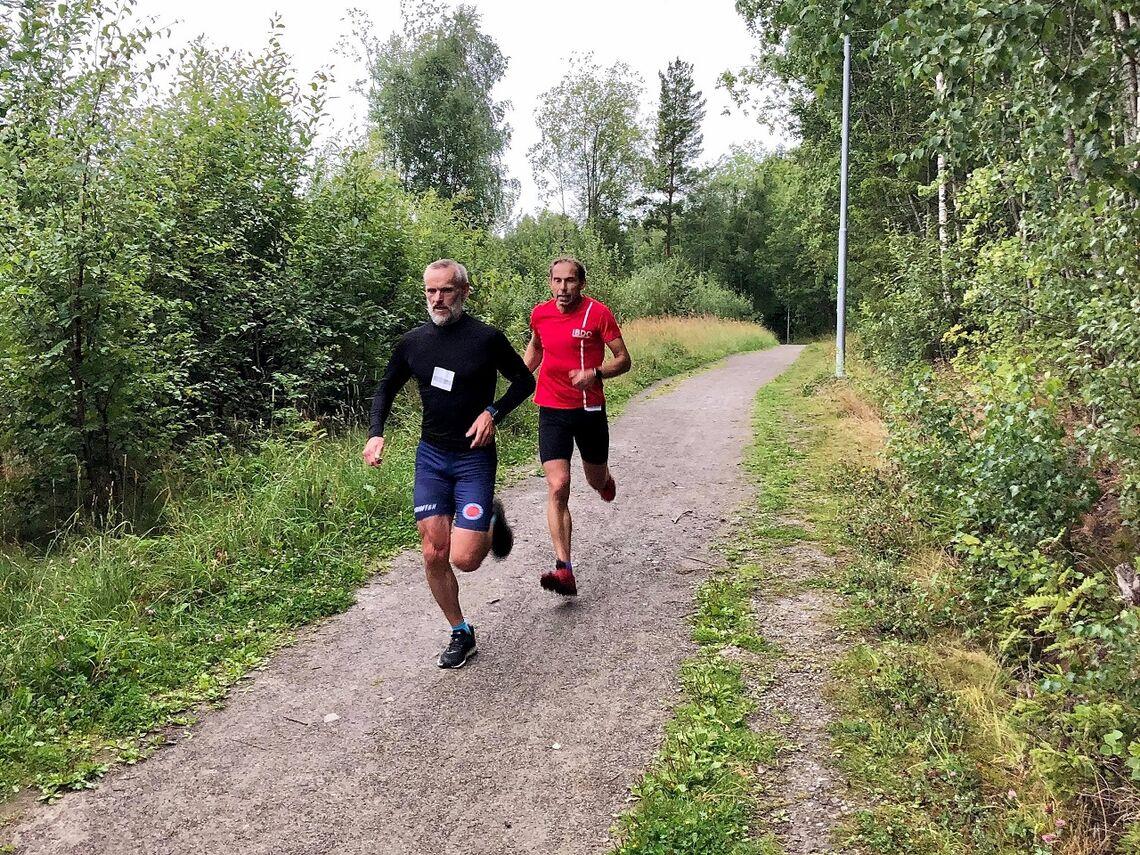 Hans Tore Riibe (til v.) var hakket vassere enn Jan Erik Mathiassen på de to rundene i Klukhagan. (Foto: Marit Aamdal)