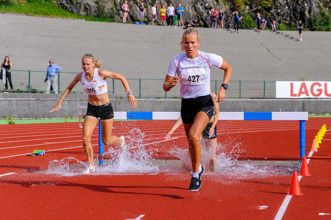 Hinderdebutant Ine Bakken og Sara Aarsvoll Svarstad fulgte hverandre i store deler av løpet på 2000 meter hinder. (Alle foto: Arne Dag Myking)