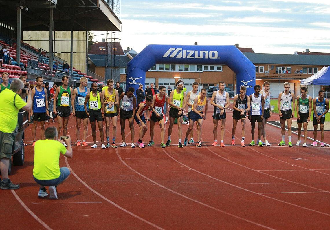 Vil alle de som løp timesløp eller 10 km i Stadionmila i sko med tjukke såler få løpet sitt underkjent? (Foto: Kjell Vigestad)