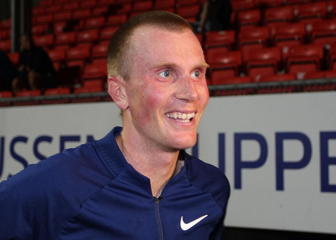 Sondre Nordstad-Moen var veldig glad etter rekordløpet der han med god margin slettet den tidligere rekorden på en times løp på bane. (Foto: Kjell Vigestad)