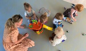Ungane som vitja barnehagen for første gong, var raskt i gang med leiken. Her saman med Mari Engesæter, assisterande styrar i Fosshagen utdanningsbarnehage.