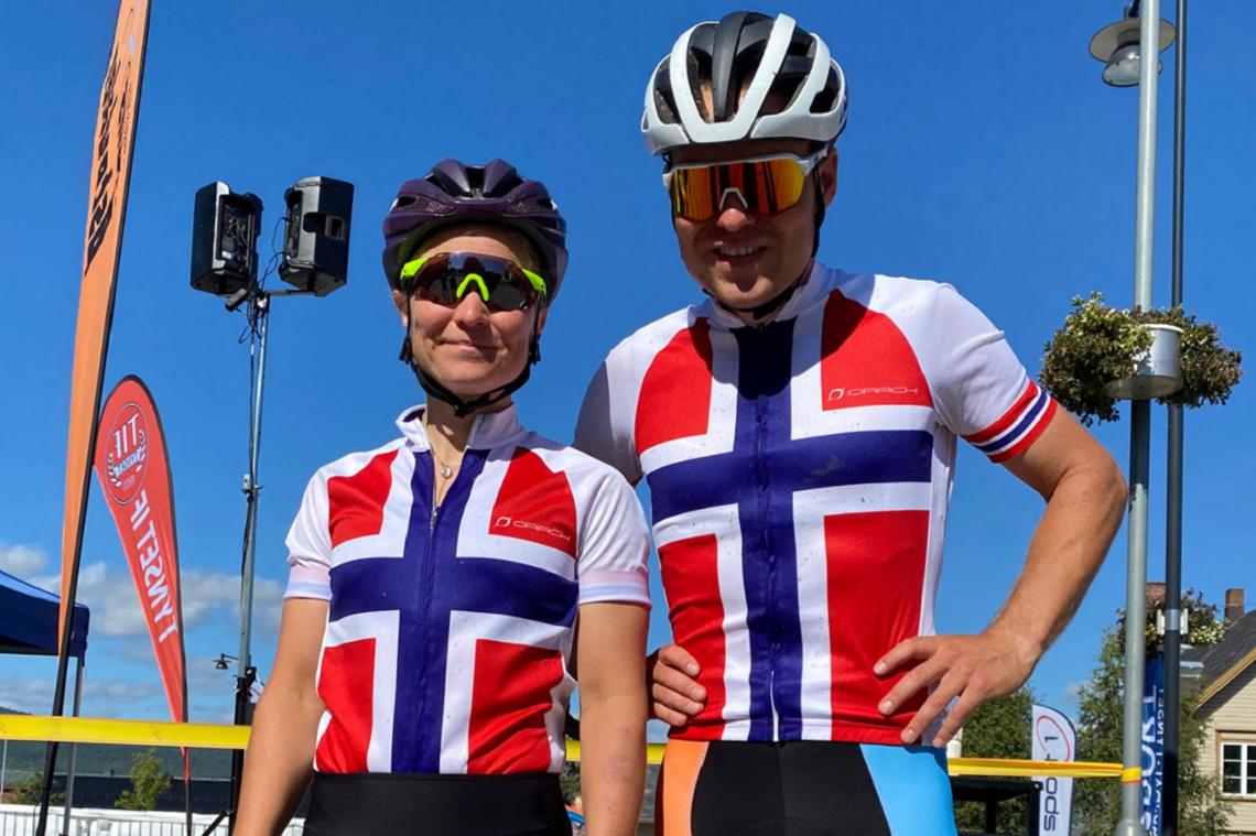 To fornøyde vinnere av Trans Østerdalen og ferske norgesmestere: Hildegunn Hovdenak, Molde CK og Emil Eid Hasund, Kloppa Off Road Klubb/Hard Rocx Swix. (Arrangørfoto)
