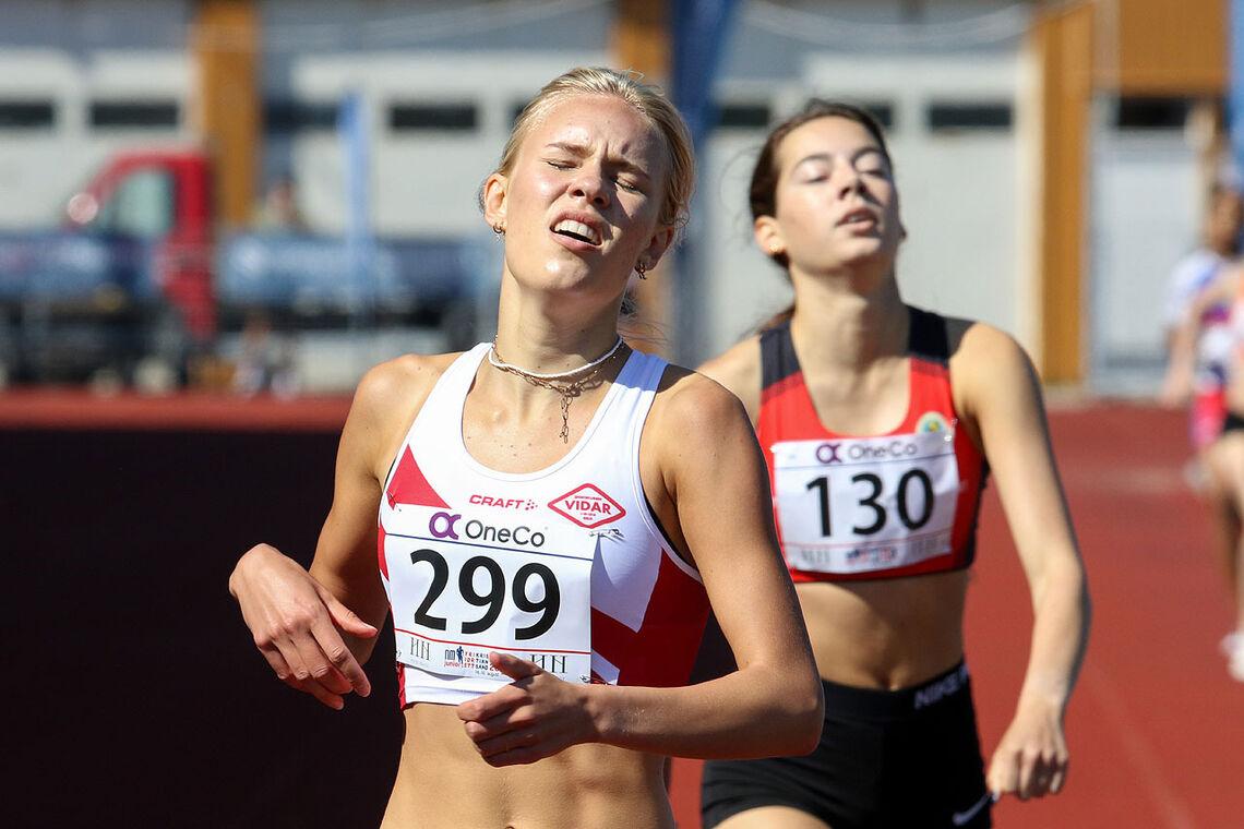 Pernille Karlsen Antonsen vinner spurten foran Sara Busic. (Alle bilder: Arne Dag Myking)
