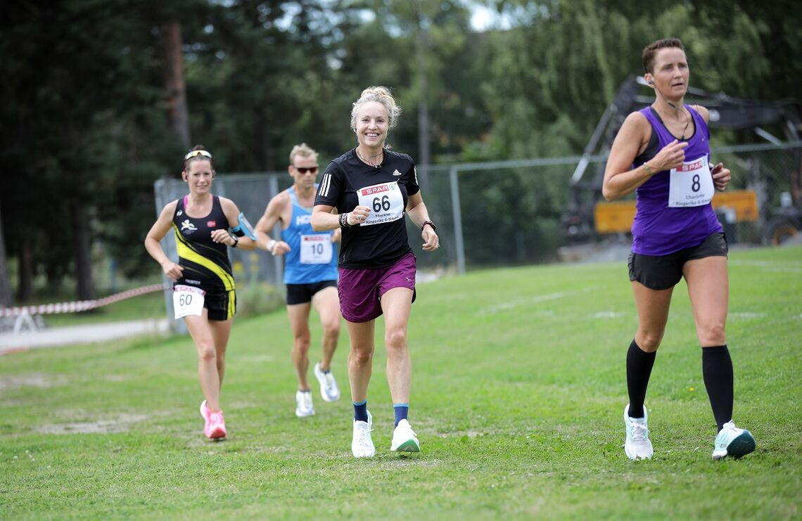 Therese Falk løp like energisk fra start til mål og vant på ny pers på Hønefoss lørdag. (Foto Bjørn Hytjanstorp)