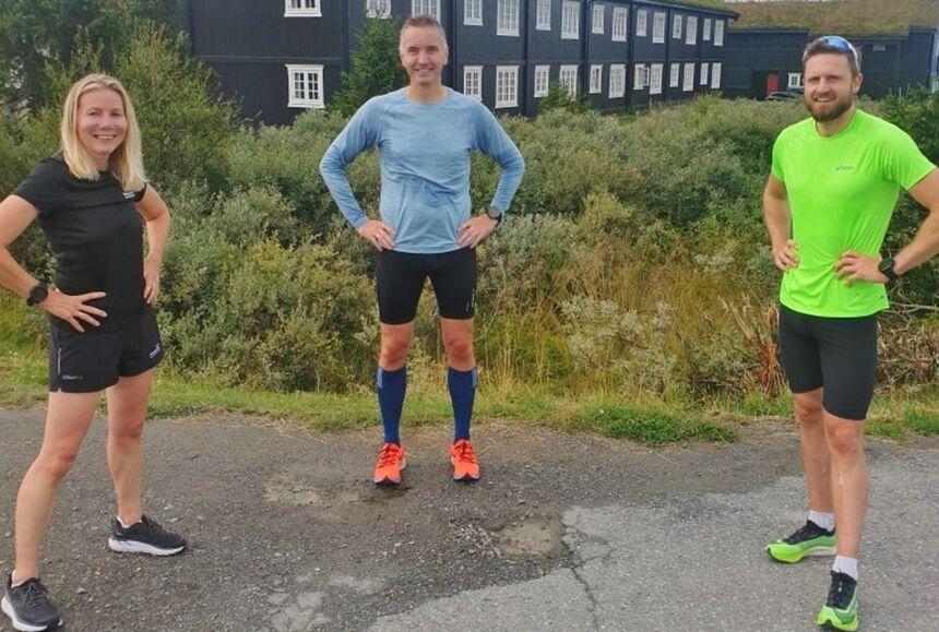 Fire av deltagerne på kondissamlinga på Ilsetra valgte å løpe Kondisløpet 10 km på søndagen. Vi ser Anne Woldmo, Stig Fjeldahl og Jon Shaw. (Foto: Tim Bennett)