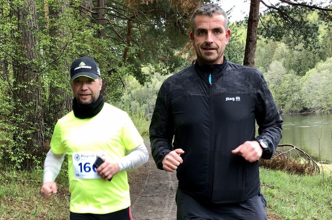 Even Kristoffersen - til høyre - løper 50 km på Hønefoss
