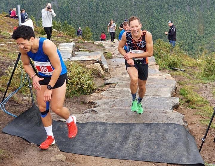 Eirik Haugsnes opp mot mål og seier i Sherpatrappa Opp. Han har nesten tatt igjen fjorårsvinner Elias René Valøy som startet 14 sekunder foran. (Arrangørfoto)