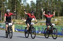 Det var god stemning blant de som hadde fått startplass i årets korona-versjon av Grenserittet. Fra venstre: Thomas Aarn, Bård Sundberg og Daniel Brun ved målgang. (Alle foto: Bjørn Johannessen)