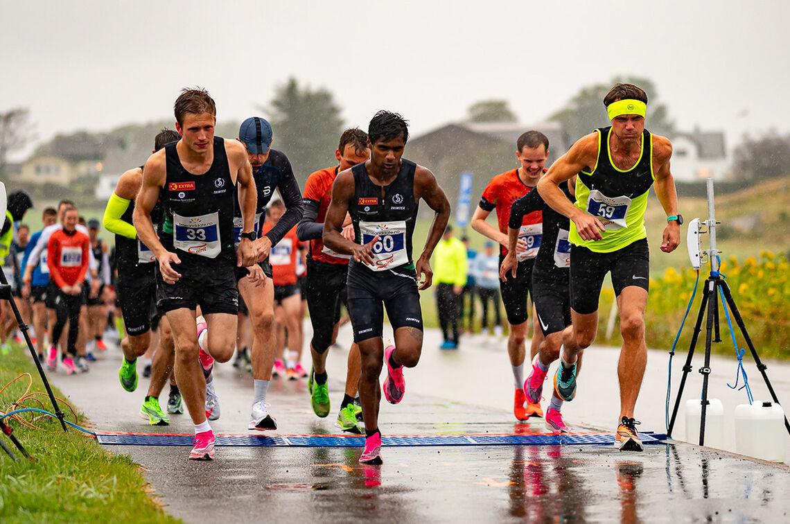 I regn, vind og 13 grader vant Håvard Lalit Øglænd (60) den fjerde utgaven av Solnedgangen. Kim Andre Haugstad (til høyre) kom på 2. plass. (Foto: Trine Nessler Wichmann)