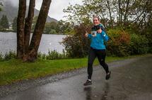 Silje Kathrin Nesdal virker opplagt der hun løper rundt Tveitevannet. (Alle foto: Arne Dag Myking)