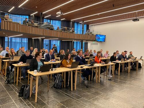 Kommunestyret samla i Firdasalen på Fylkeshuset.