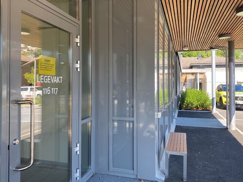 Døra inn til Sogndal legesenter