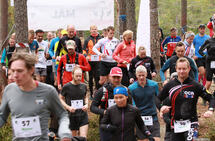 Her ser vi løpere på en av de åtte startene i Hinderskogen, men løperne slapp hindere denne dagen. (Arrangørfoto)