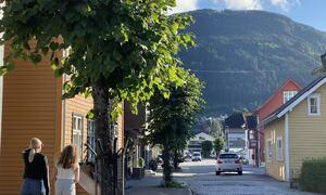 Gate i Sogndalsfjøra med bilar og folk.