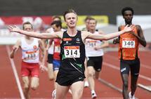 Narve Gilje Nordås jublet over NM-gull på 5000 m. (Foto: Bjørn Johannessen)