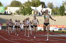 Amalie Manshaus Sæten spurtet fra de andre på oppløpet og vant 1500 meteren. (Foto: Bjørn Johannessen)