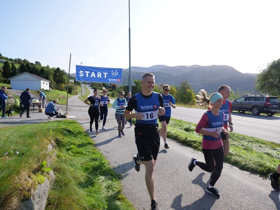 Starten har gått for første utgave av Rotevatnet Halvmaraton. En av inititativtakerene i Volda i Vinden IL, Mads Egseth Melbø. Foto: Pontus William Ek Egelandsdal/Nærnett.no