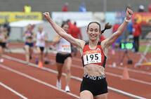 Vienna Søyland Dahle jubler for NM-gull og ny pers på 10000 meter. (Foto: Bjørn Johannessen)