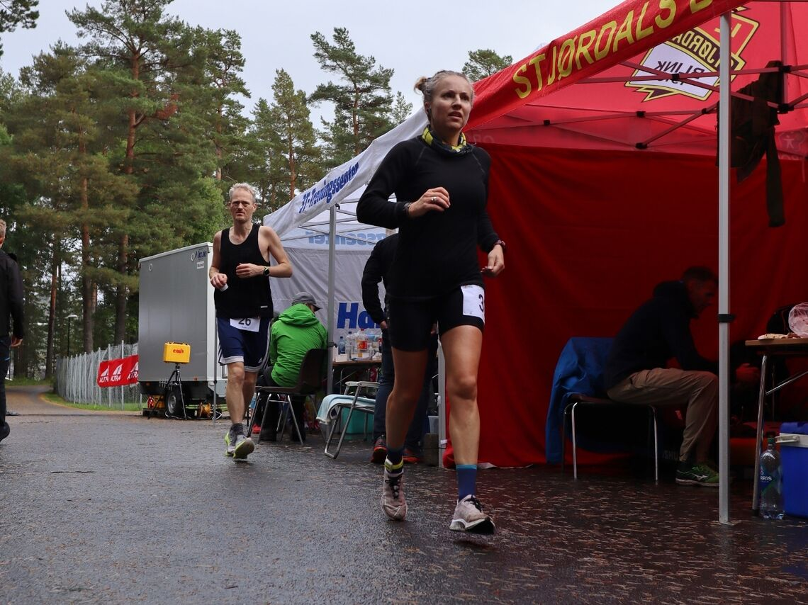 Therese Falk løp utrolige 251,452 km under 24 Hours in Hell. Kun tre norske herreløpere har noensinne løpt lenger, en av dem er Simen Holvik som vi ser bak Therese på bildet. Han løp 253,355 km  i Hell. (Foto: Jørgen Tellefsen)