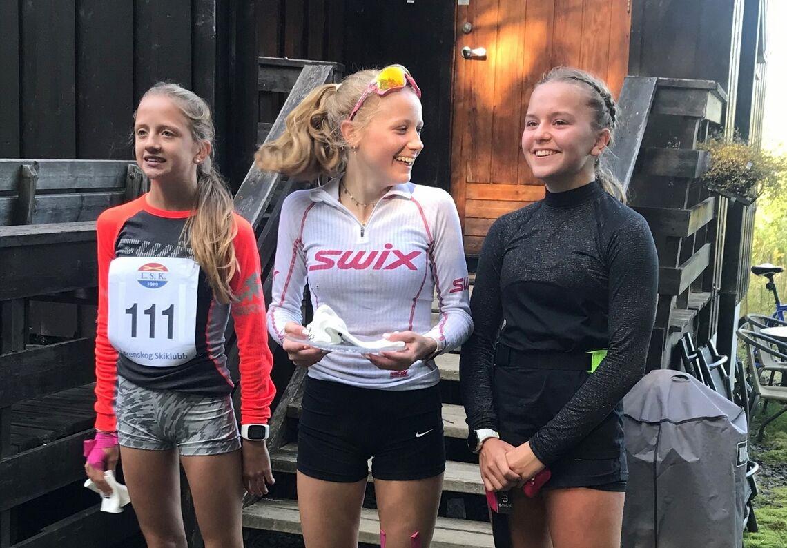 Pallen i jenteklassen på 5 km med de tre skiskytterne Marie Lund Flaa, Synne Lund Flaa og Anniken Kringler. (Arrangørfoto)