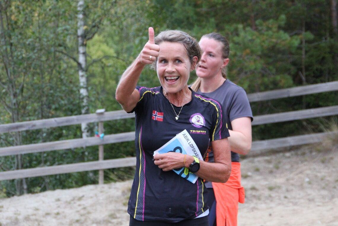 Tommel opp for arrangøren fra Jorun S Kildahl. Løperne var glede for at det ble karusell i år, selv om det var en amputert utgave. (Foto: Tore Gløer Wiken)