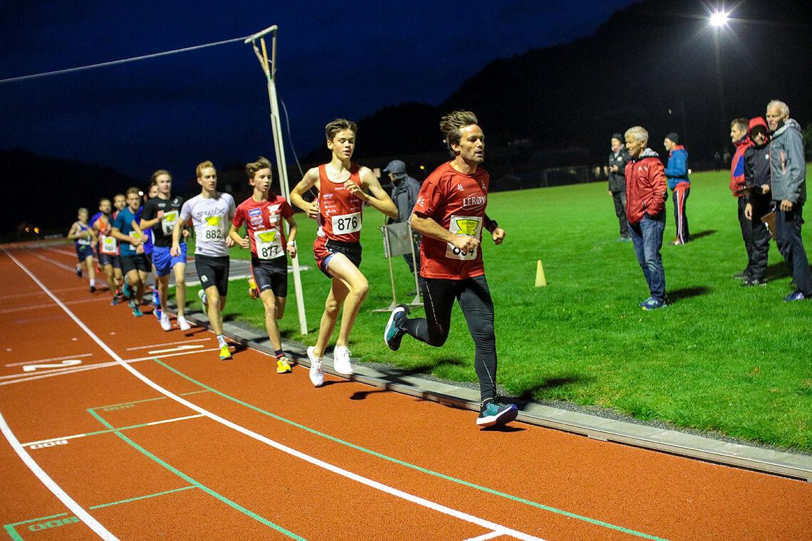 Kjetil Monstad er hare som her skal dra frem løperne til å komme inn på 10 minutter på 3000 meter. (Alle foto: Arne Dag Myking)