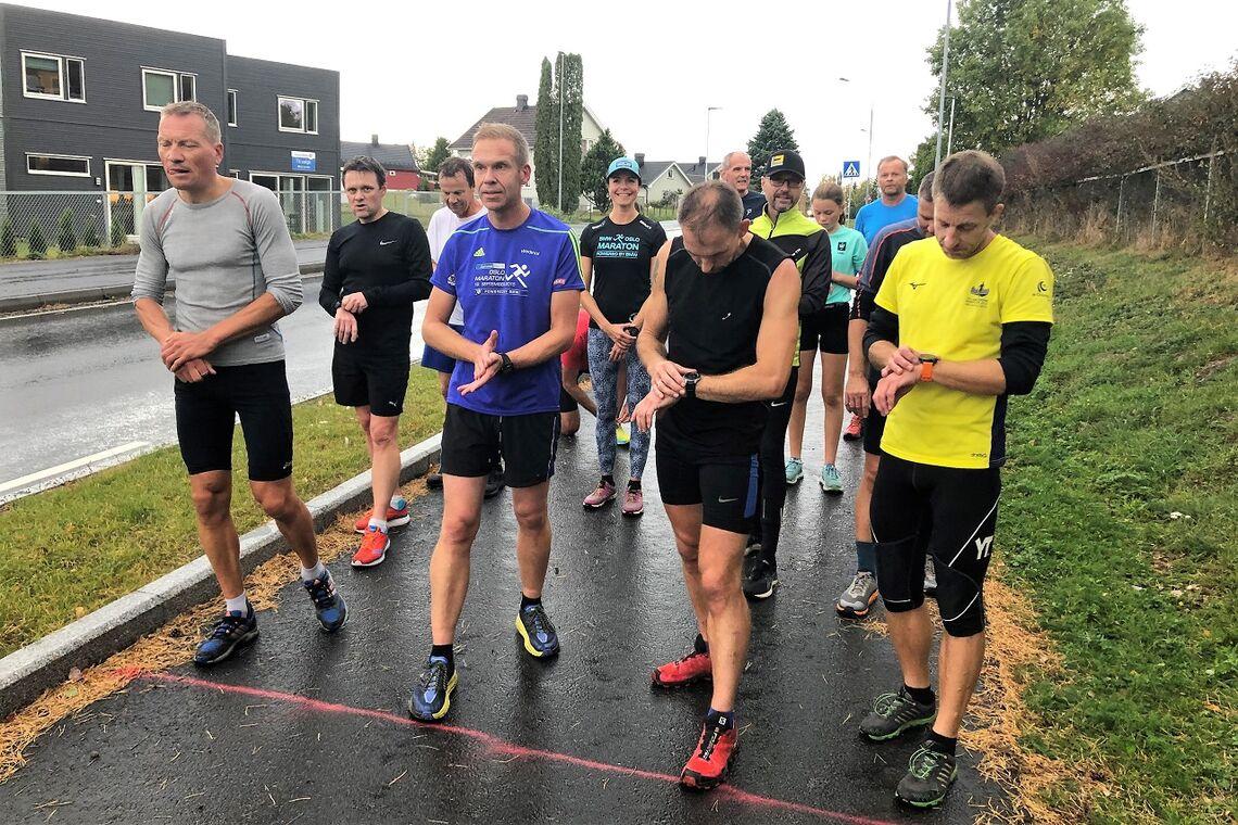 13 aktive løpere på start med kveldens raskeste. Patrick Åserud, til venstre i bildet. (Foto: Trond Ellingsen)