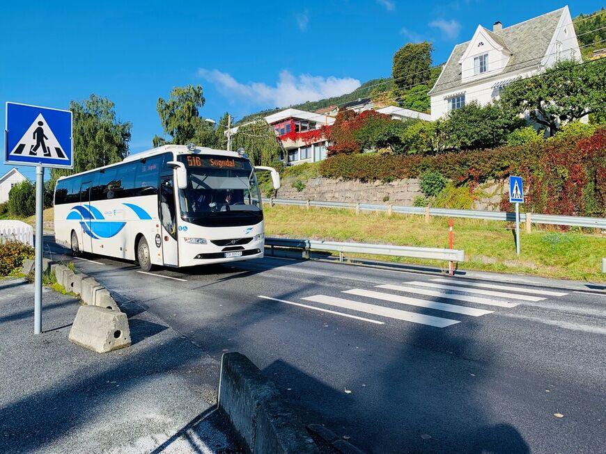 Buss som køyrer forbi tinghuset