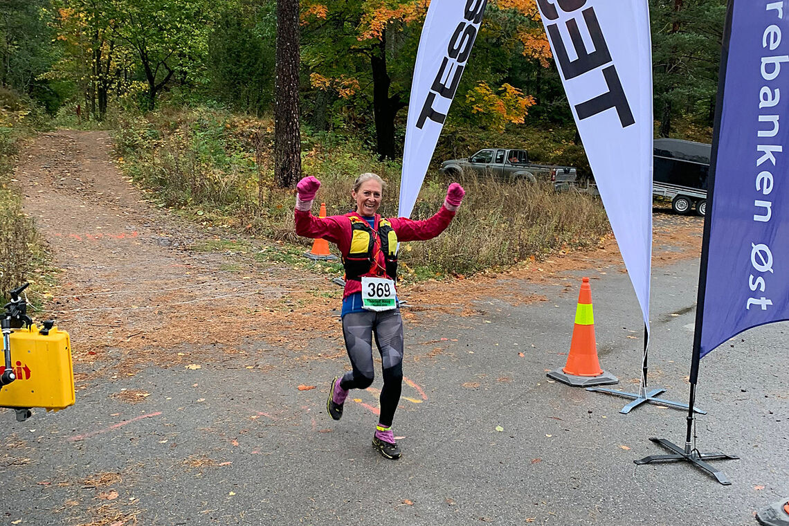 Siste ultraløper i mål - like blid - Liv Jegteberg Lystad. (Foto: arrangøren)
