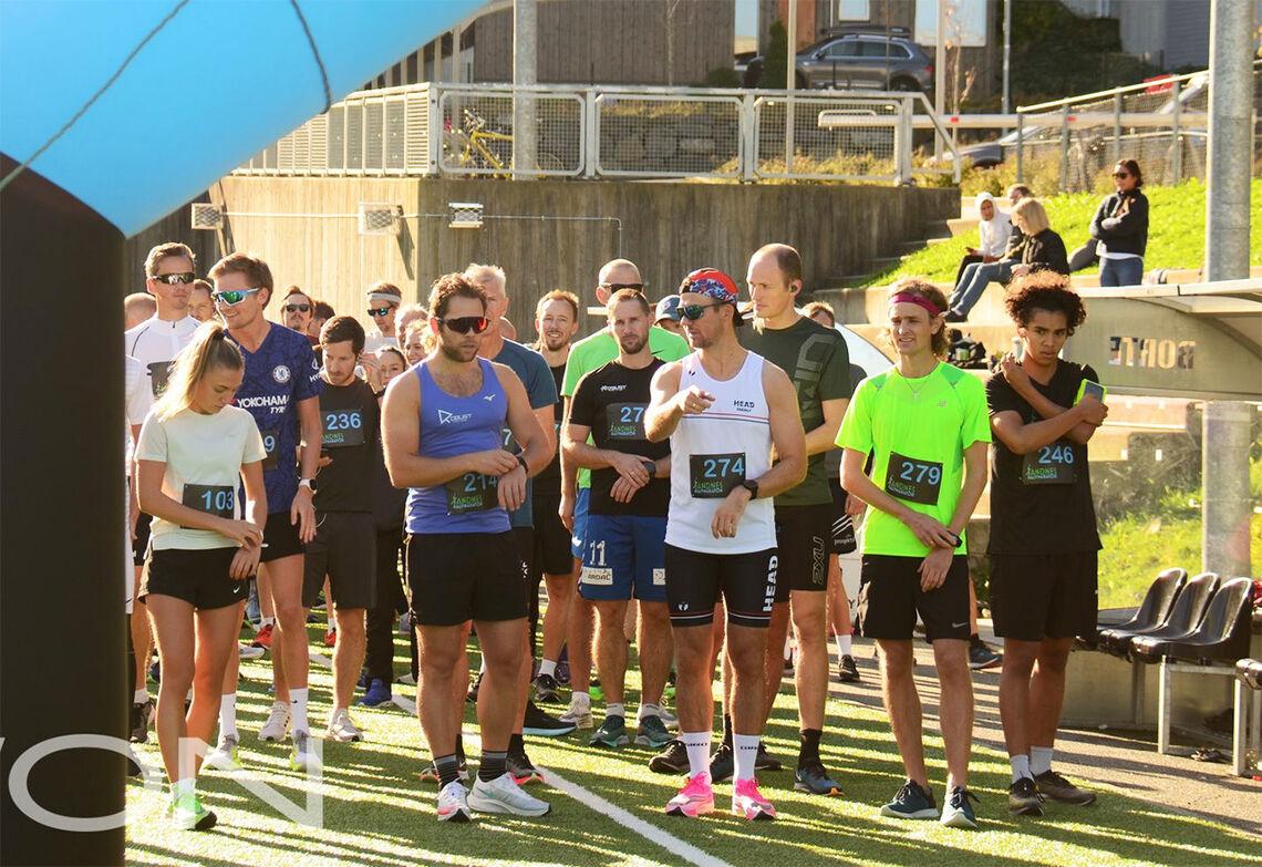 Det var en både sommerlig og gemyttlig stemning ved startstreken da deltakerne i Sandnes Halvmaraton la puljevis av gårde. (Foto: Movon)