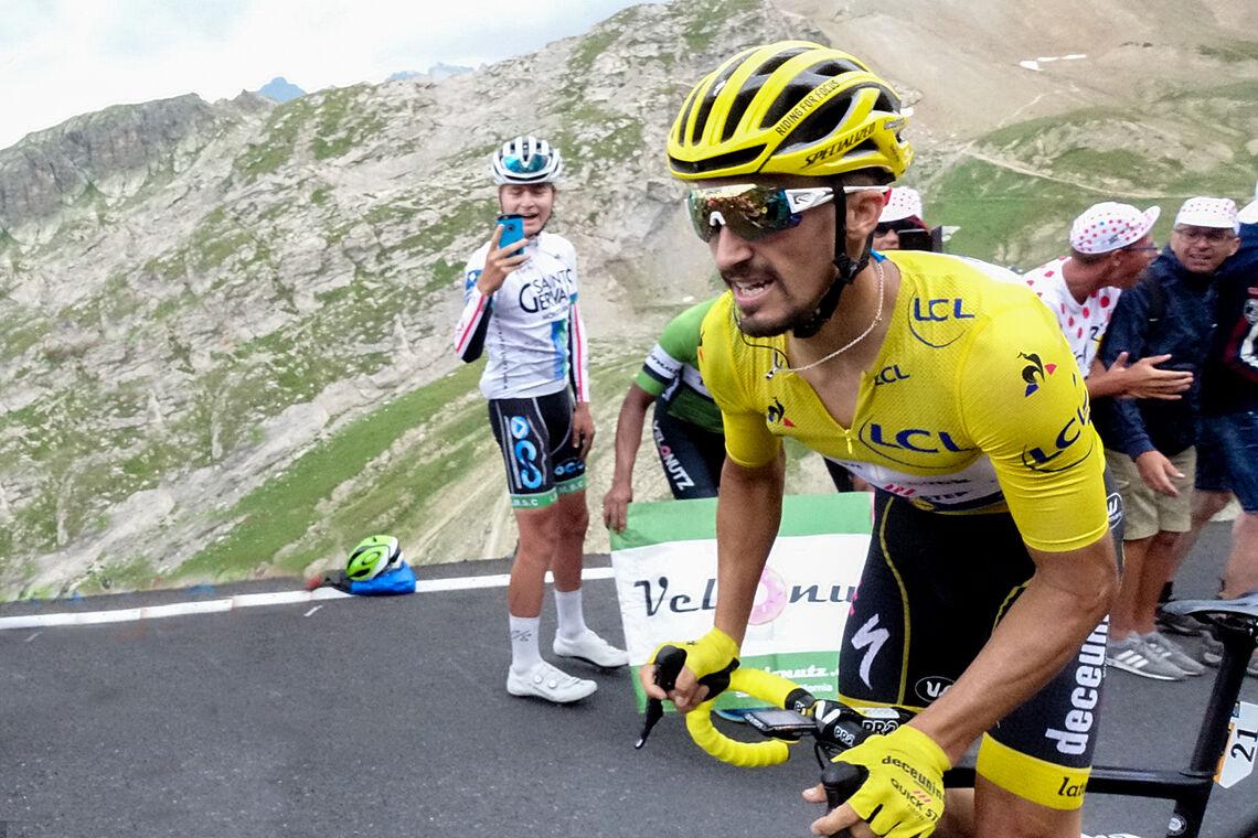 Julian Alaphilippe i gul trøye i Tour de France 2019. I år fikk han verdensmestertrøyen. (Foto: Arne Dag Myking)