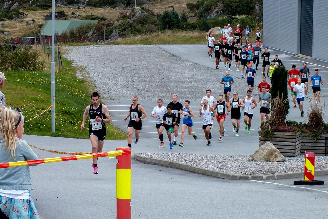 Starten har gått på årets Sabbaløp ut fra Storhall Karmøy. Johannes Thomsen klinker til fra start og vinner da også. (Alle foto: Jan Nyland)