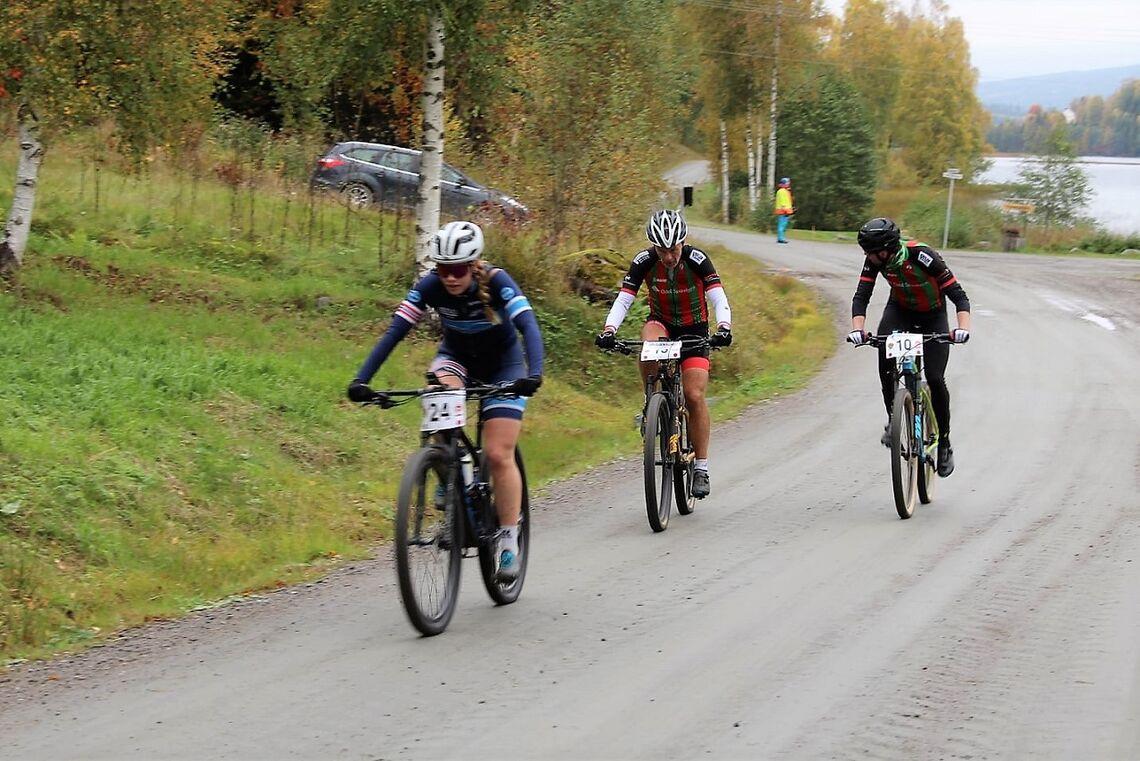 Marit Sveen, Romeriksåsen SK  vant  kvinnenes ritt rundt Dølisjøen. Her sammen med Trond Aastad og Lars Skogheim, begge Odal SK. (Foto fra Odal SK's facebookside)