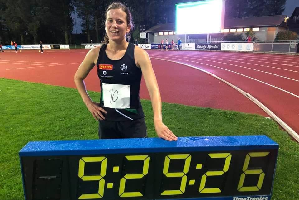 Christina Toogood kunne smile bredt etter å ha klart målet om å løpe under 9.30. (Foto: Marit Toogood)