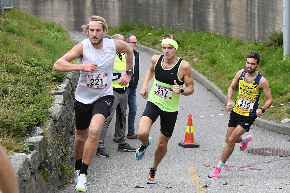 De tre som ble best i herreklassen kjemper om teten: Thomas Asgautsen (221), Kim Andre Haugstad (217), og vinner Ola Tjensvoll (215). (Foto: Henning Wiig)