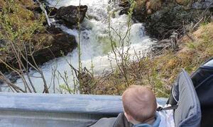 Barn i vogn, ser på elv ©Marlen Kristiansen