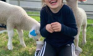 Barn og lam ©Kristine Bjerkmo