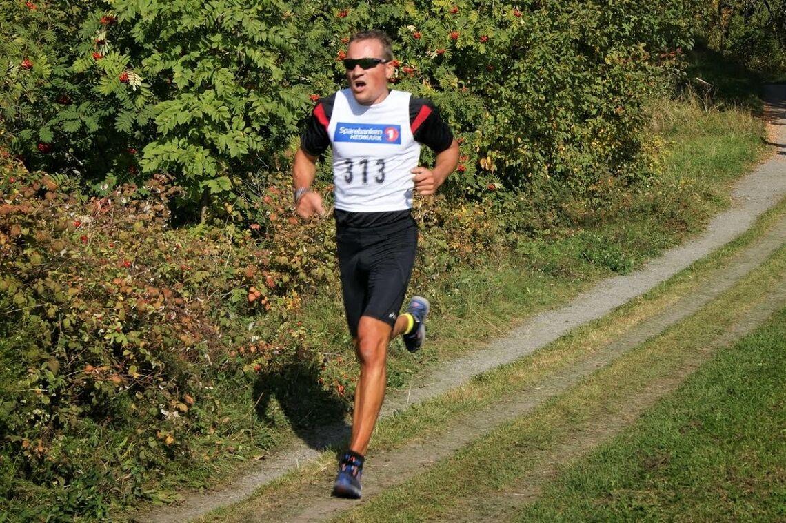 En seks år yngre utgave av ukas gå-jogg-vinner, Patrick Åserud, i Hamarløpet i 2014.