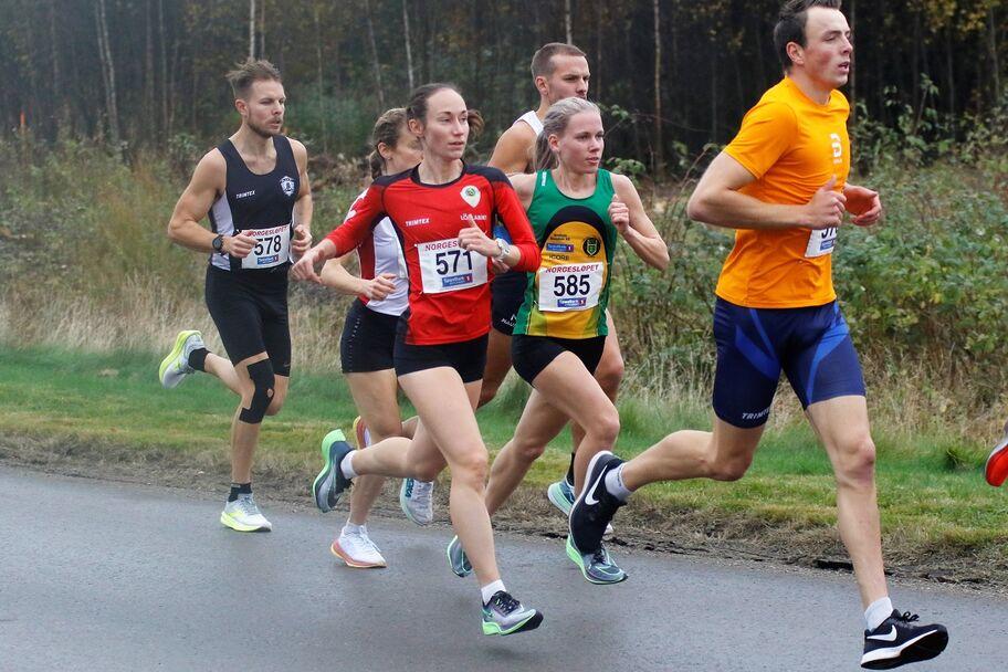 Vienna Søyland Dahle (571) og Hanne Mjøen Maridal (585) side om side etter noen hundre meters løping. I mål var det ni sekunder som skilte i Skjalg-løperens fordel.