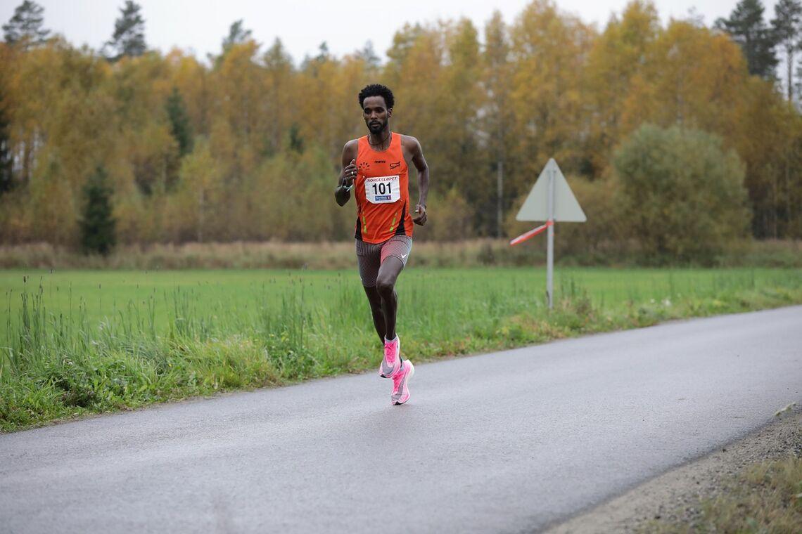 Zerei Kbrom Mezngi i Norgesløpet der han løp på 28:10, det raskeste løpet av en nordmann på 10 km i fjor. (Foto: Bjørn Hytjanstorp)