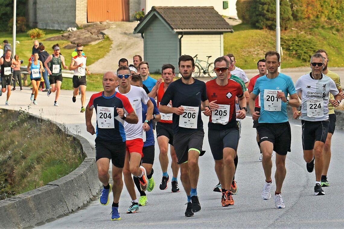 Rett etter starten for en sommerlig Gloppen halvmaraton i oktober. (Foto: Svein Hjelmeset)