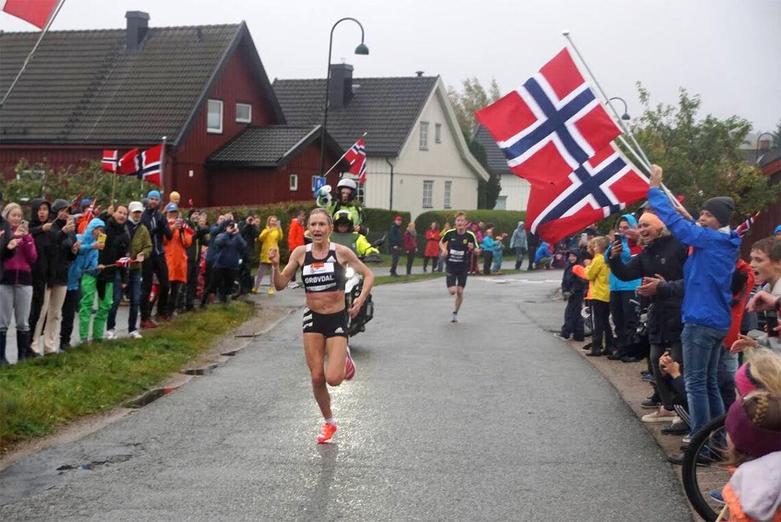 Karoline Bjerkeli Grøvdal fikk stor jubel fra de mange frammøte da hun satte norsk 5 km-rekord på en heller hustren høstdag på Spikkestad. (Foto: Bjørn Saksberg)