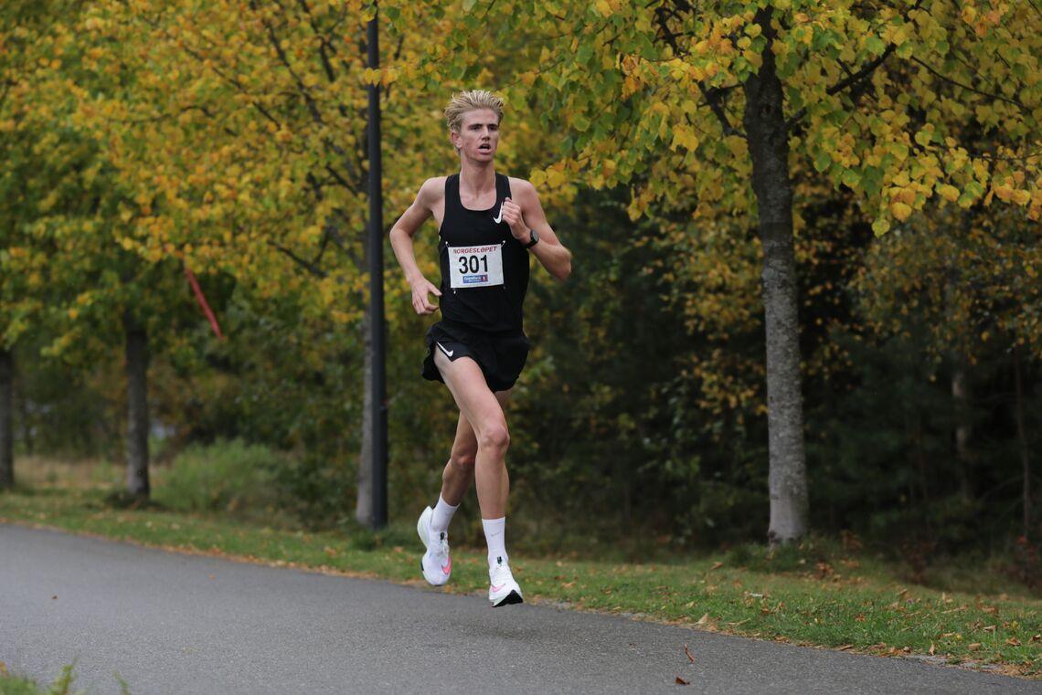Jonatan Andersen Vedvik alene i tet på 5 kilometeren i Norgesløpet, Ida Eides Minneløp. (Foto: Bjørn Hytjanstorp)