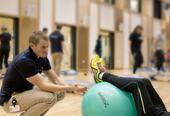 Fysioterapeut Daniel Bordvik Husebye instruerer i sal.